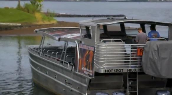 Bom dung nham rơi xuyên qua mái thuyền du lịch làm 23 người bị thương