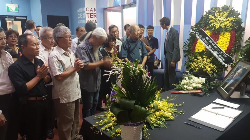 Đoàn nhà văn, nhà báo độc lập Việt Nam viếng linh vị TNS John Mccain tại Hà Nội