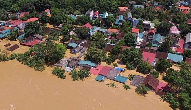 Mưa lớn và thủy điện xả lũ giết chết ít nhất 3 người, nhấn chìm hàng trăm căn nhà