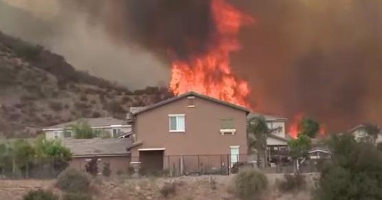 Trận cháy rừng Holy Fire ở Nam California buộc hàng chục ngàn người di tản