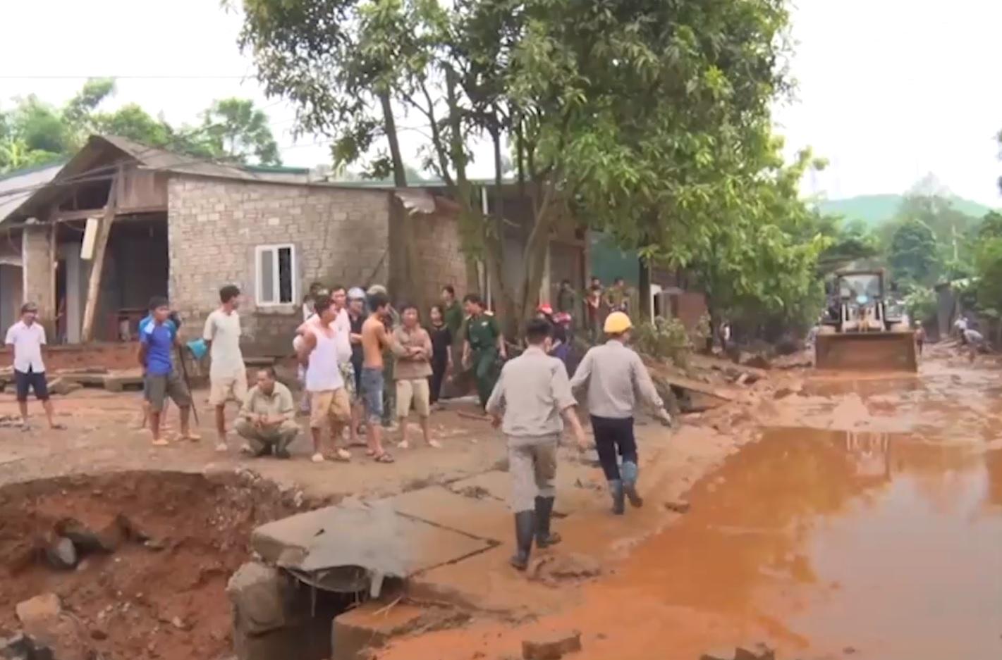 Hồ chứa vỡ đập, chất thải phân bón chảy tràn vào nhà, xa lộ và suối ở Lào Cai