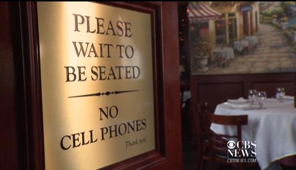 Nhiều nhà hàng cấm sử dụng điện thoại tại bàn ăn