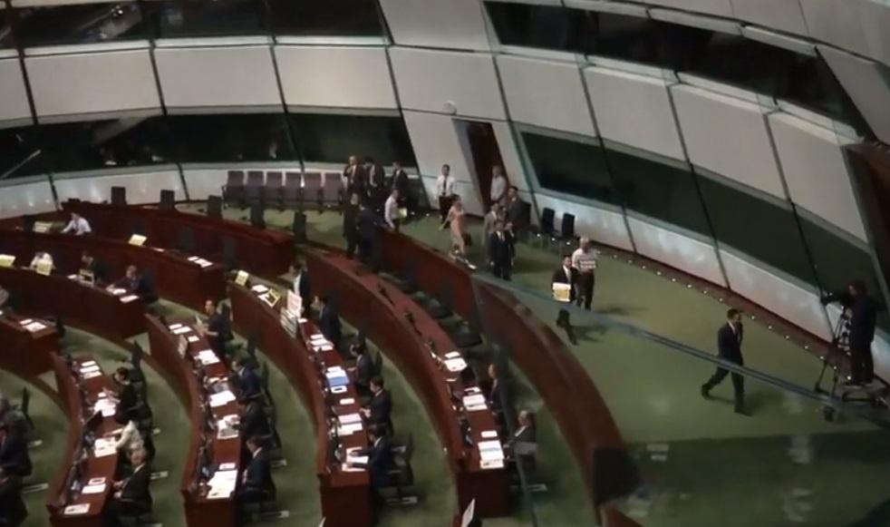 Một số nhà lập pháp Hong Kong rời buổi họp hội đồng lập pháp phản đối truyền thông 'bị khủng bố'