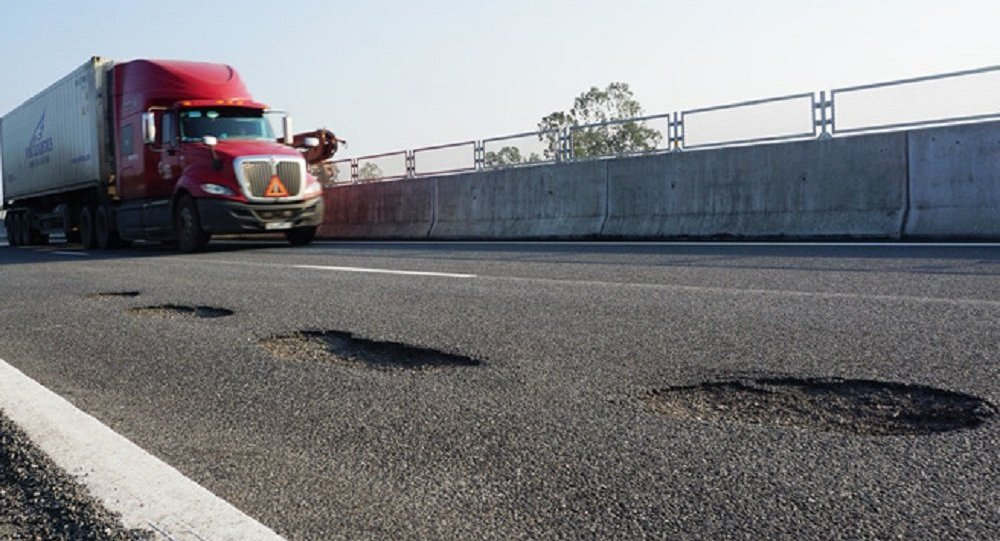 Ngưng thu phí BOT xa lộ 1.5 tỉ USD vì đường nhiều ổ gà