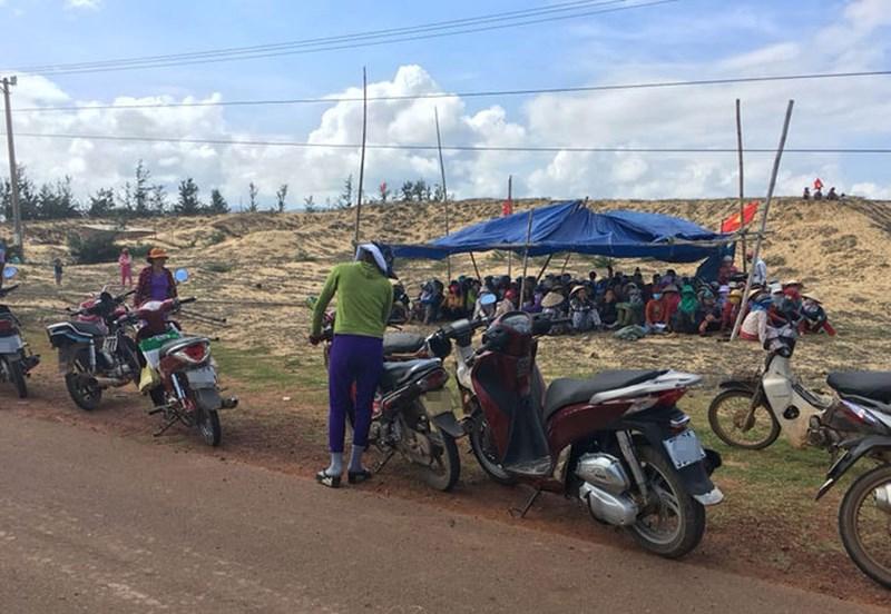 Người dân Bình Định chặn xe công binh để phản đối dự án điện