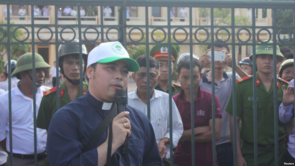 Con cháu bí thư đột nhập vào nhà thờ đòi giết Linh mục Antôn Đặng Hữu Nam