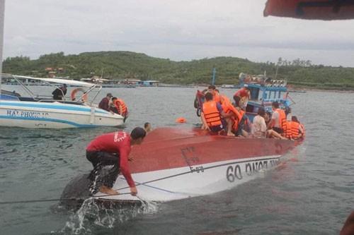 Tàu du lịch lật ngoài khơi TP Nha Trang, một du khách Hoa Lục và một hướng dẫn viên Việt Nam thiệt mạng