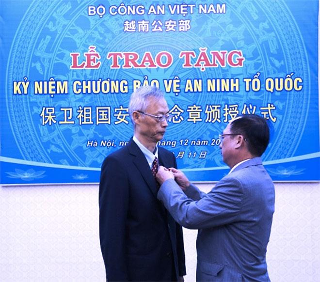 Công an CSVN tặng huân chương cho an ninh Trung Cộng