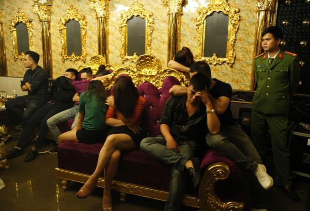 Giáo viên và viên chức CSVN ở Hà Tĩnh dùng ma tuý trong quán karaoke