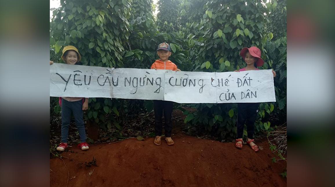 Học sinh bị doạ đuổi học vì cùng cha mẹ chống cưỡng chế đất