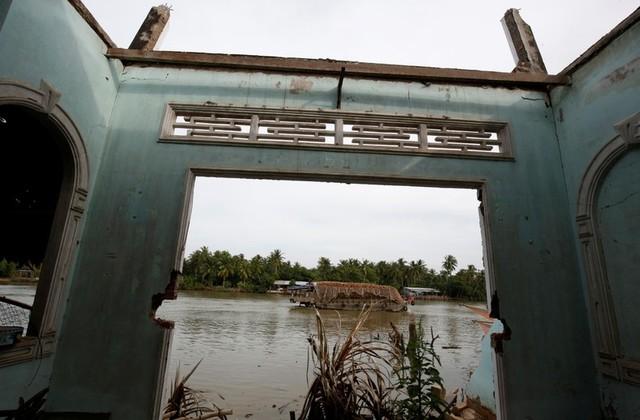 Sạt lở đẩy hàng chục căn nhà rơi xuống sông Cửu Long
