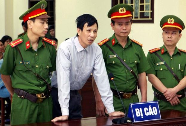 Gia đình tù nhân lương tâm Nguyễn Văn Túc bị nhiều công an bao vây