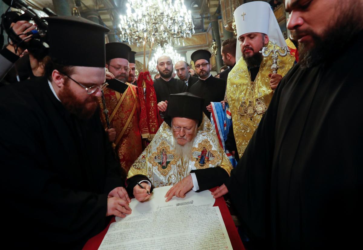Đại thượng phụ Bartholomew ký sắc lệnh ban hành quyền tự trị cho nhà thờ Chính thống Ukraine