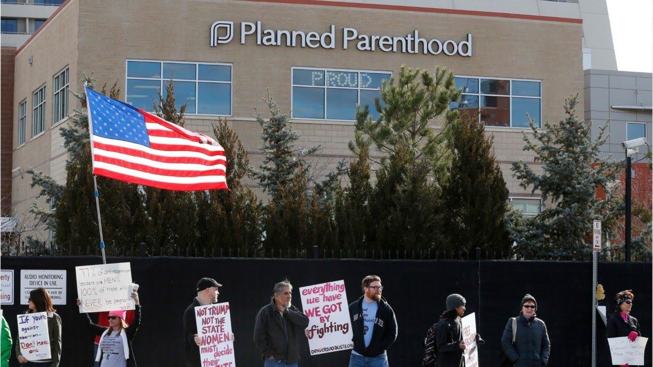 Chính quyền Tổng thống Trump cấm dịch vụ phá thai đối với các phòng khám nhận trợ cấp liên bang