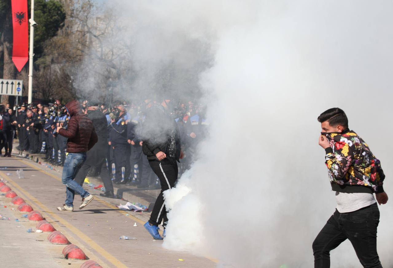 Những người biểu tình tại Albania tấn công văn phòng Thủ tướng Edi Rama và yêu cầu ông từ chức
