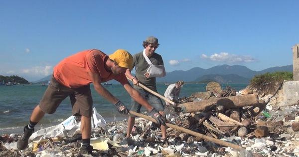 Khách ngoại quốc gọi bạn bè bay đến Nha Trang chung tay nhặt rác