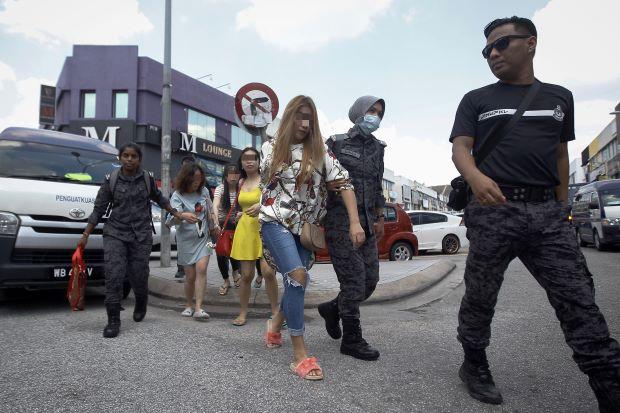 5 cô gái Việt Nam bị bắt vì tình nghi mãi dâm tại Malaysia