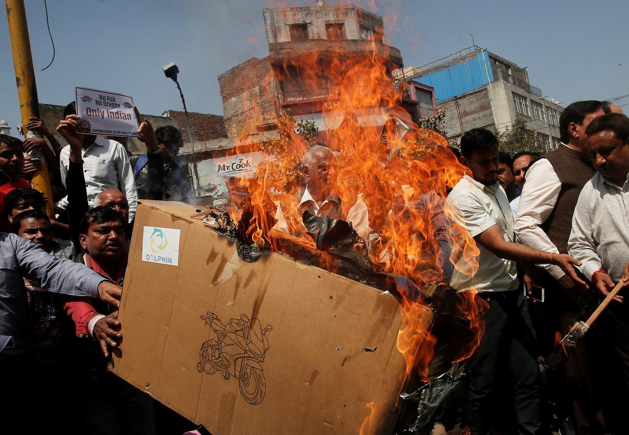 Thương nhân Ấn Độ đốt hàng hóa Trung Cộng