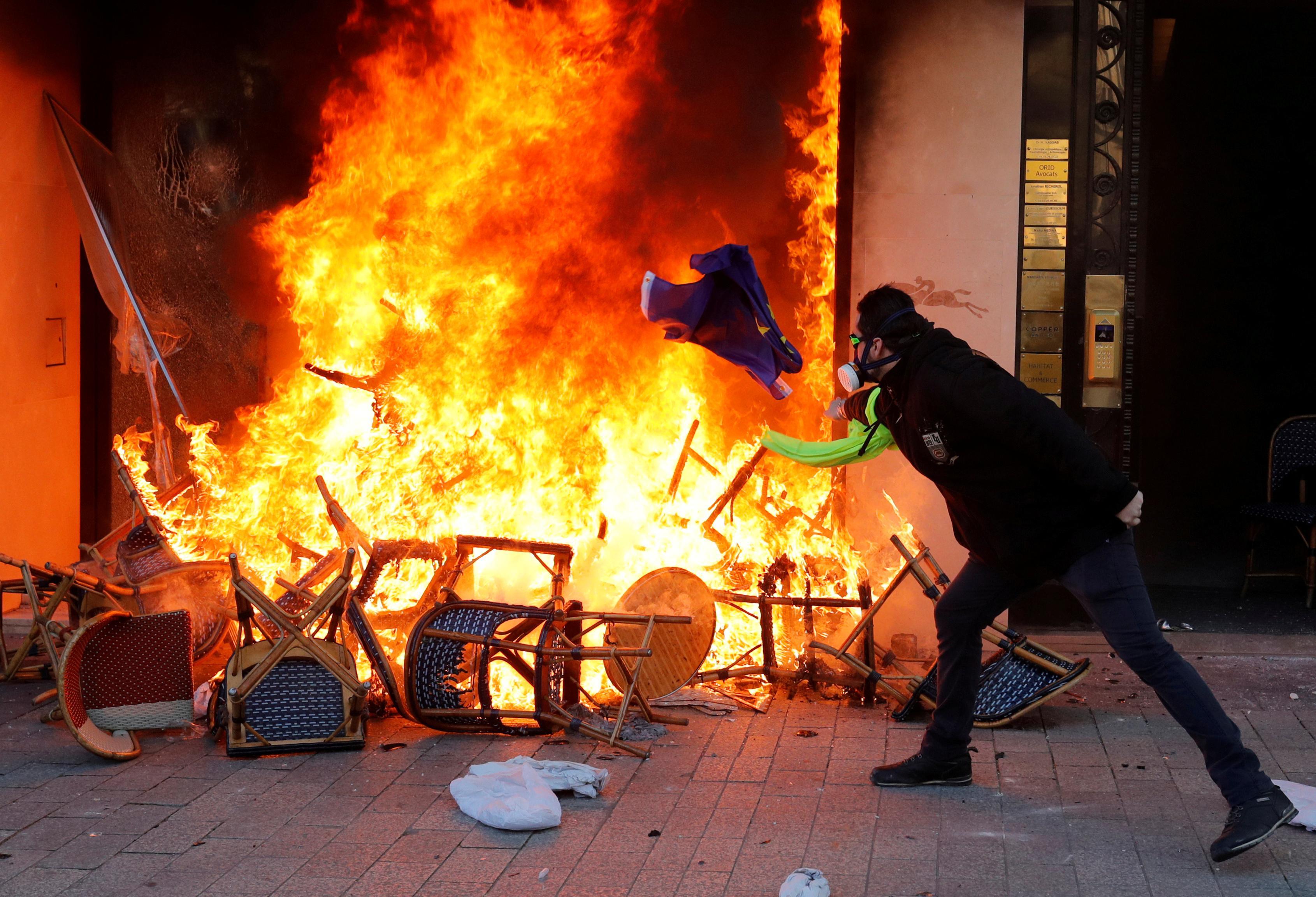 Thủ tướng Pháp chuẩn bị kế hoạch an ninh mới sau cuộc bạo loạn ở Champs Elysees