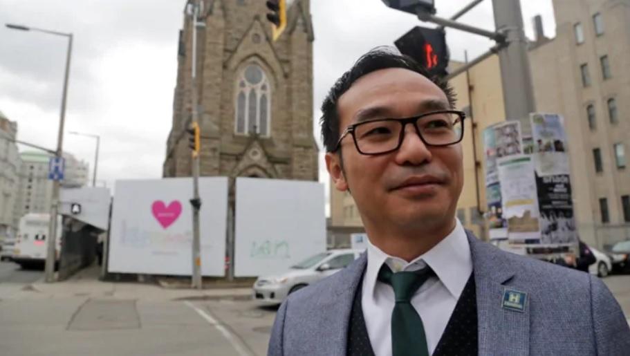 Một thuyền nhân Việt Nam trở thành chủ công ty xây dựng nhà cao tầng tại Hamilton, Canada