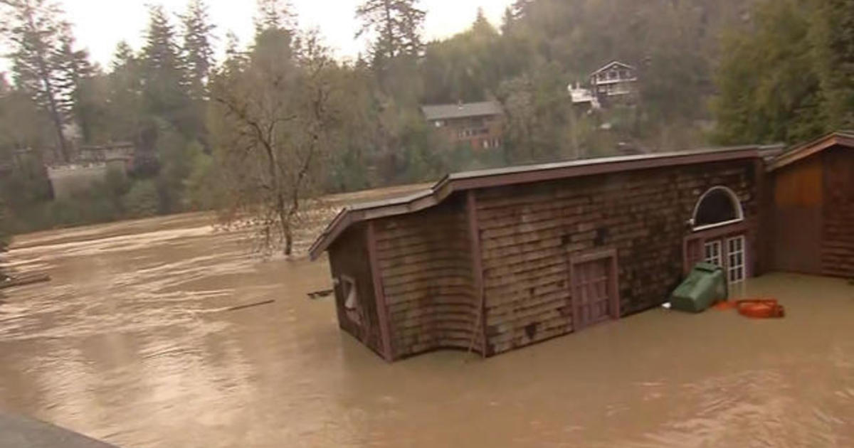 Thị trấn ở California bị nước lũ bao vây