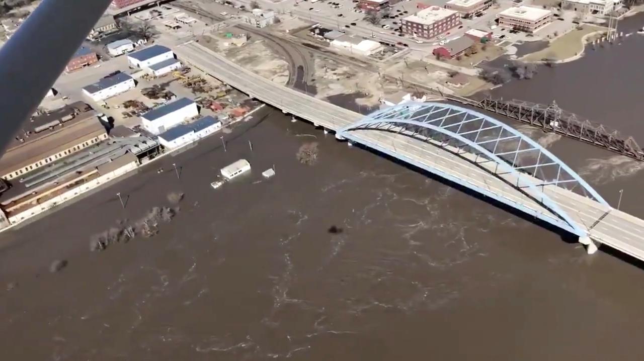 Mực nước lũ cao kỷ lục bắt đầu rút ở khu vực Kansas City, Missouri