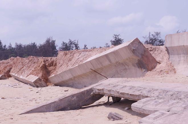 Uỷ ban huyện vừa xây bờ kè vừa hút cát