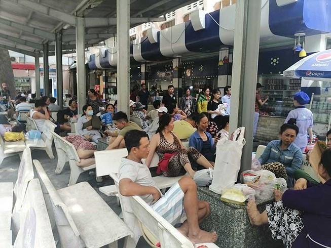 Nhiều bệnh viện ở Sài Gòn thu tiền thân nhân người bệnh để hạn chế người thăm nuôi