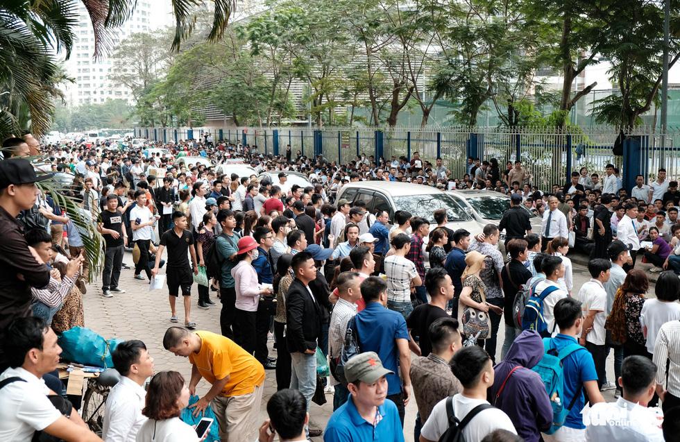 Hàng ngàn người đến tòa đại sứ Nam Hàn xin visa để xuất cảng lao động