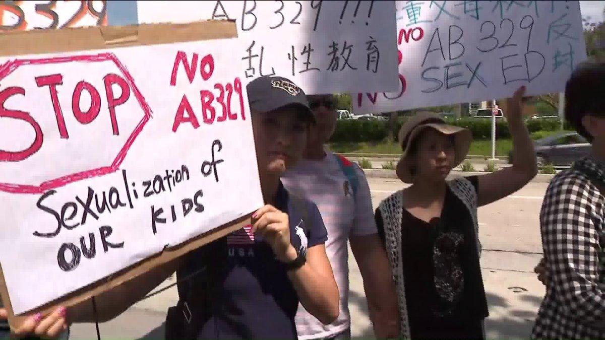 Phụ huynh tại tiểu bang California biểu tình phản đối bản hướng dẫn giáo dục giới tính gây tranh cãi