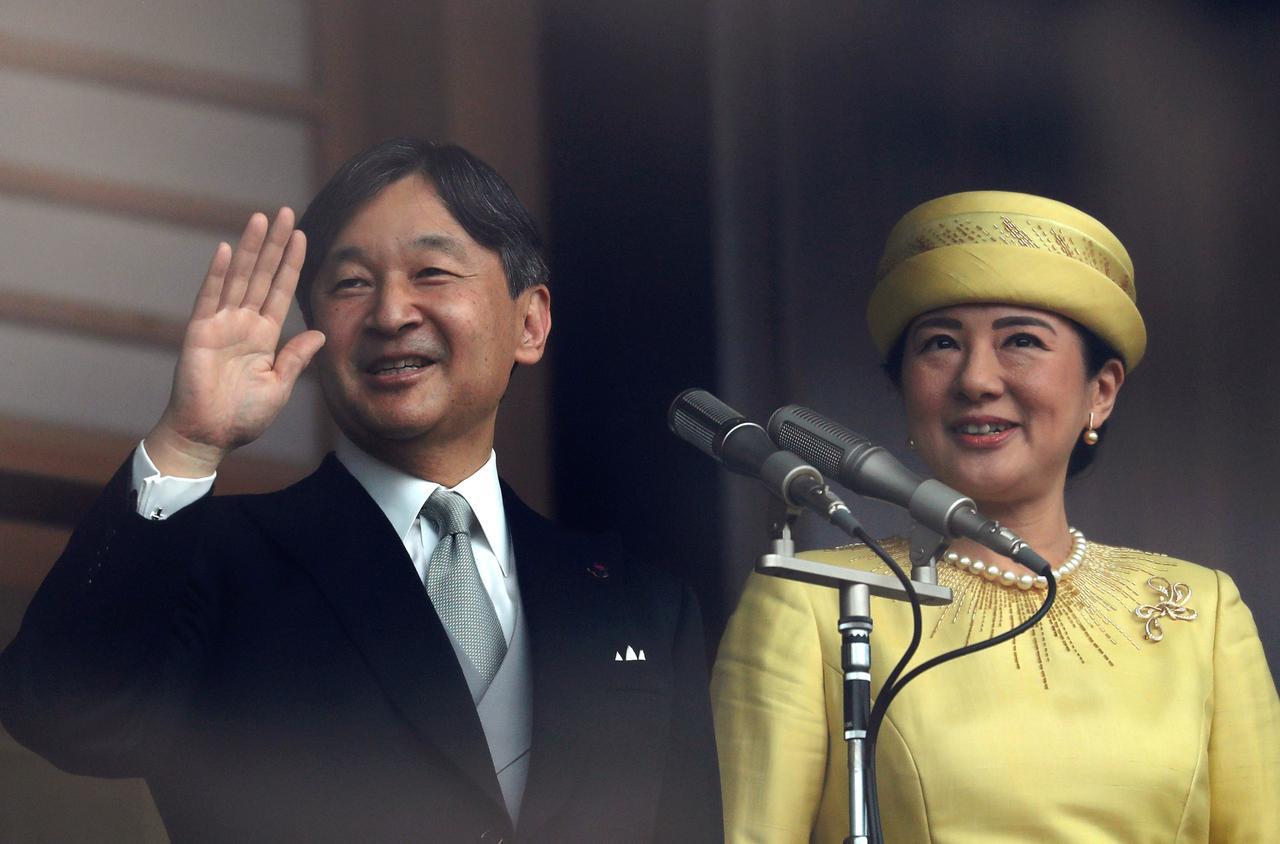 Người dân Nhật Bản reo hò hân hoan khi được tân Thiên Hoàng Nhật Bản Naruhito vẫy chào lần đầu tiên