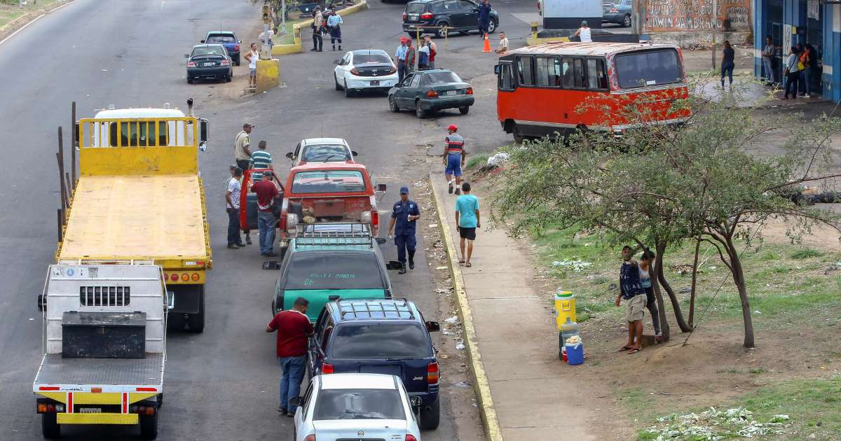 Tài xế Venezuela chờ hàng giờ bên ngoài các trạm xăng do tình trạng thiếu nhiên liệu
