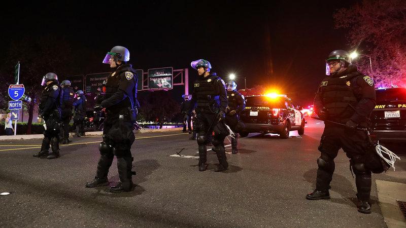 California ban hành dự luật mới về mức độ sử dụng vũ khí sát thương của cảnh sát