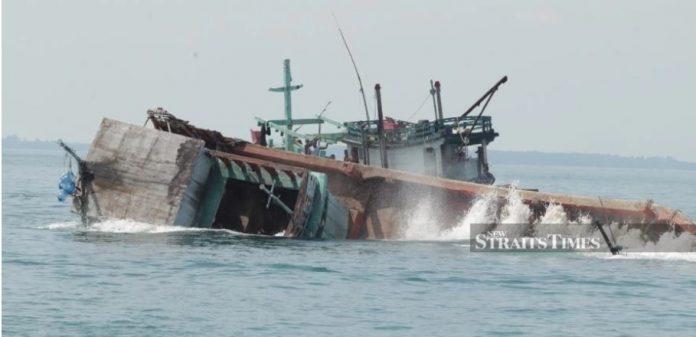 Ngư dân Việt Nam xâm nhập lãnh hải Malaysia để tránh tàu Trung Cộng đánh đuổi tại biển Đông