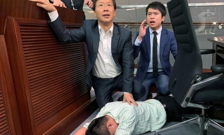 Các nhà lập pháp Hồng Kông đánh nhau do mâu thuẫn về luật dẫn độ