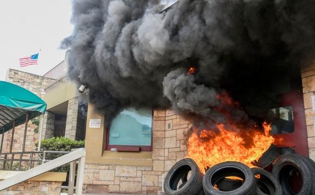 Người biểu tình đốt toà đại sứ Hoa Kỳ ở Honduras trong ngày biểu tình thứ hai