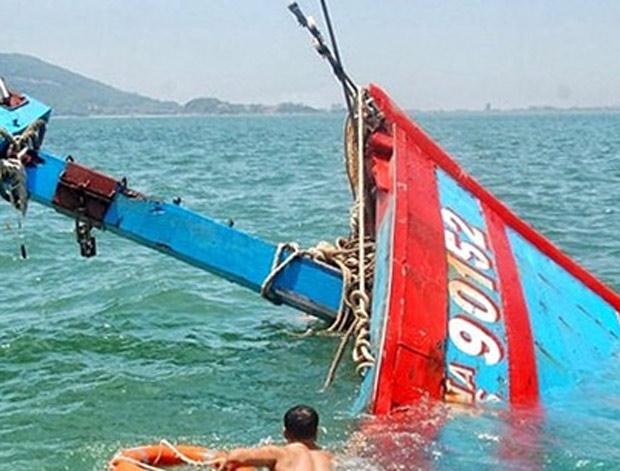 """Tàu cá của ngư dân Cà Mau bị """"tàu lạ"""" đâm chìm trên biển"""
