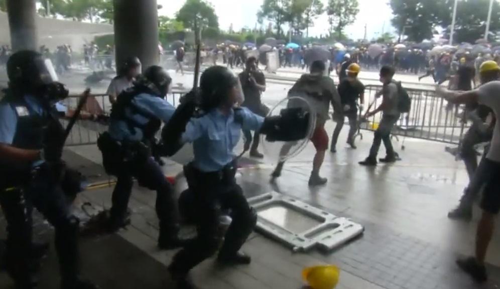 Hồng Kông hoãn tranh luận dự luật dẫn độ – cảnh sát đụng độ người biểu tình