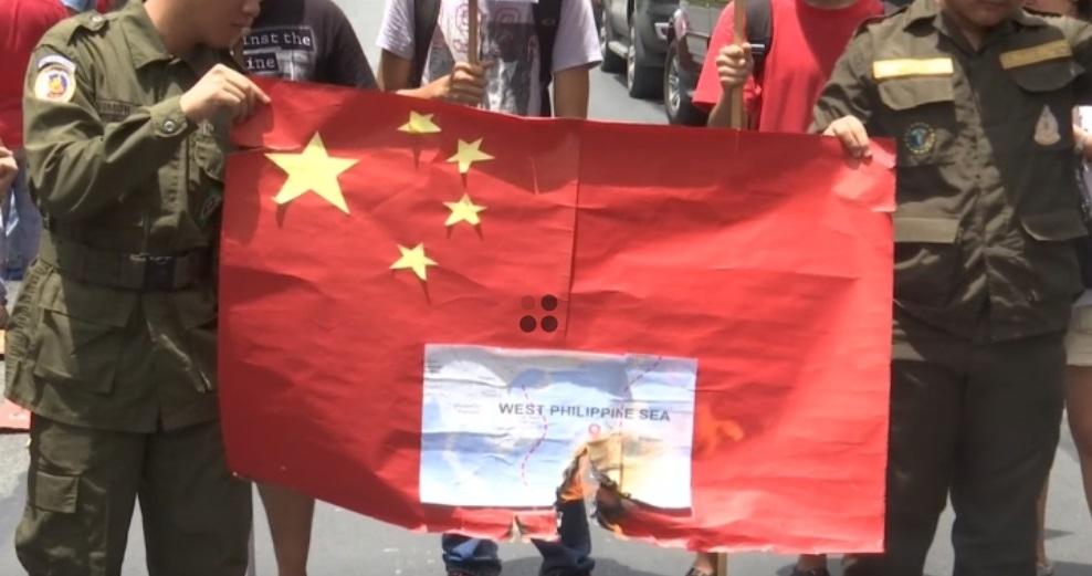 Philippines tố cáo tàu đánh cá Trung Cộng cố tình đụng vào tàu của Philippines