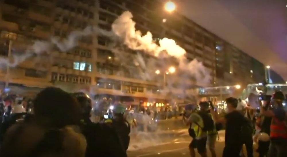 Dân Hong Kong tiếp tục biểu tình, cảnh sát bắn hơi cay để giải tán