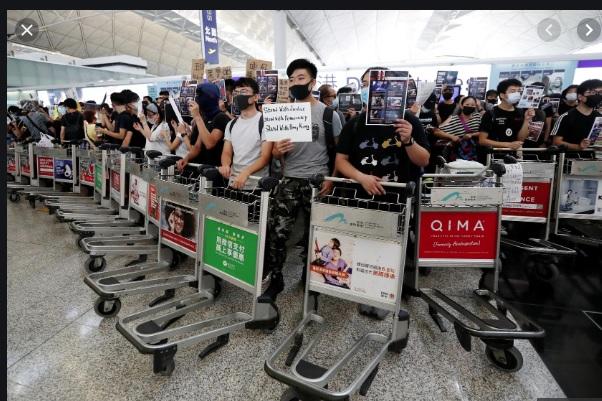 Người biểu tình đụng độ với cảnh sát tại phi trường Hong Kong