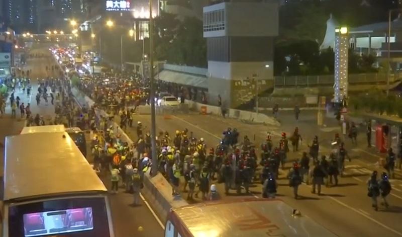 Cảnh sát Hong Kong sử dụng hơi cay để ngăn chặn đám đông biểu tình