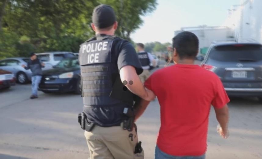 ICE bắt giữ 680 công nhân bất hợp pháp tại các nhà máy ở Mississippi
