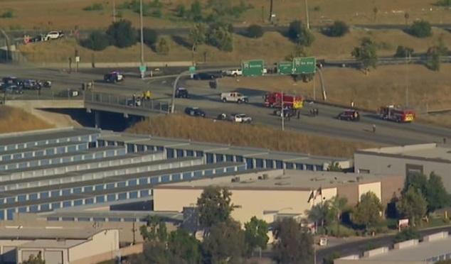 Đấu súng trên xa lộ Riverside, California-  1 cảnh sát thiệt mạng, hung thủ bị bắn chết