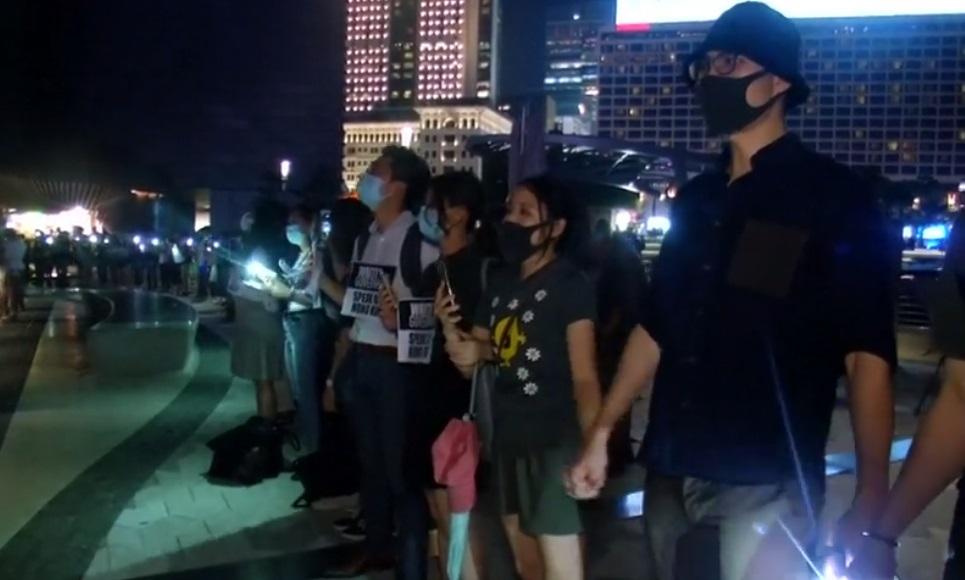"""Người biểu tình Hong Kong nắm tay theo hình thức """"Baltic Chain"""" trong hòa bình"""