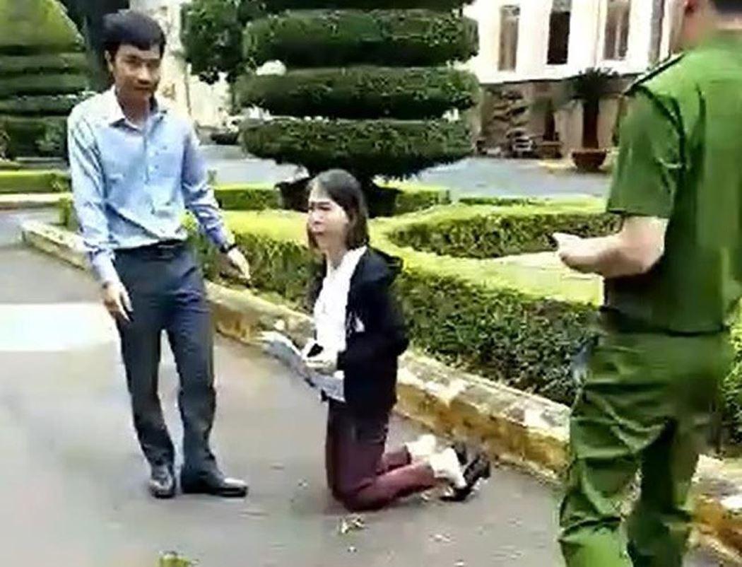 Nữ giáo viên Dak Lak quỳ gối đưa đơn lên quan chức tỉnh
