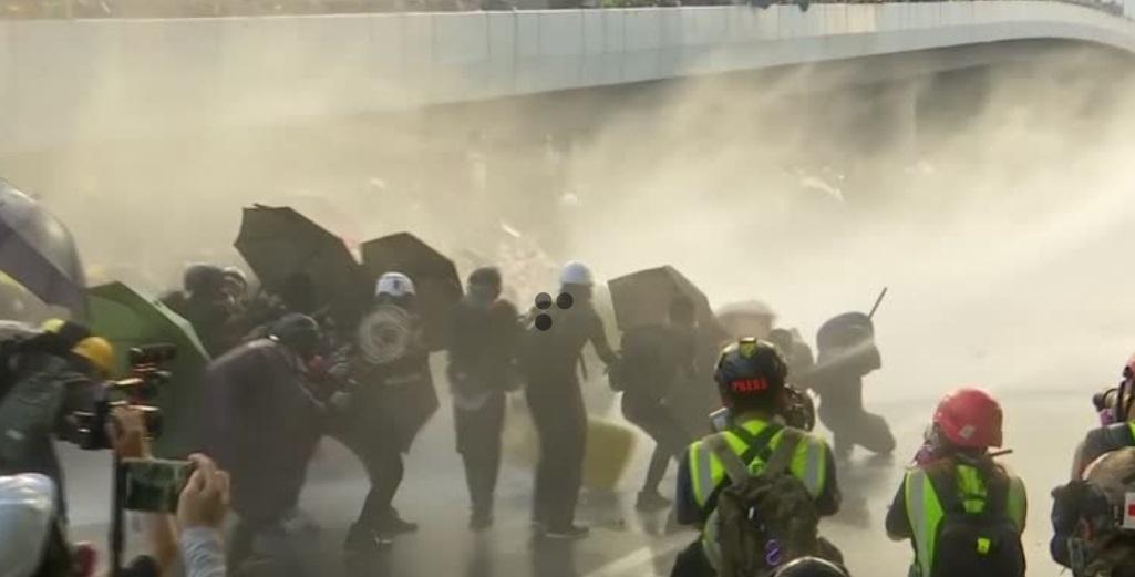 Cảnh sát Hồng Kông sử dụng hơi cay và vòi rồng giải tán người biểu tình