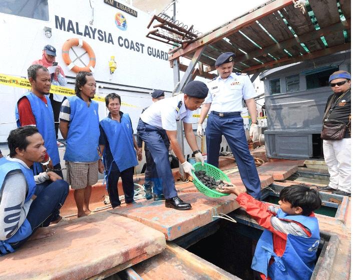 Sáu ngư dân Việt Nam bị bắt quả tang bắt hải sâm bất hợp pháp ở biển Mã Lai