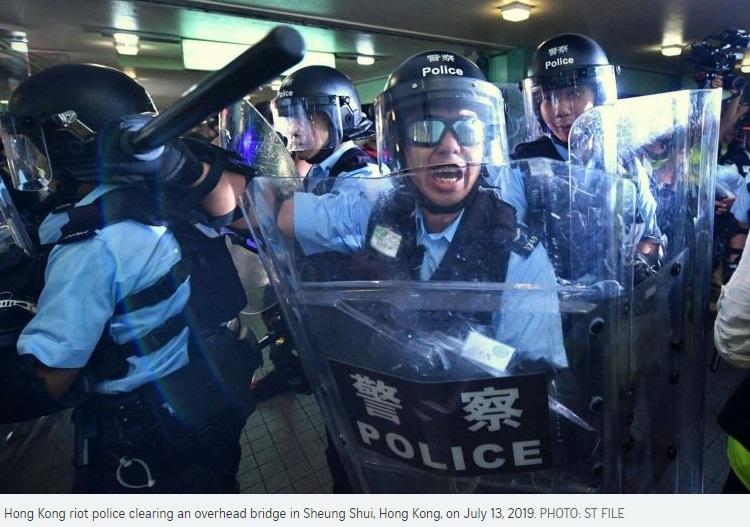 Cảnh sát Hồng Kông bất ngờ nhận được 100 hộp thức ăn với thịt gà sống