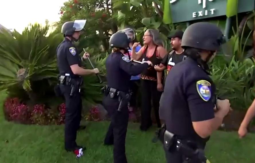 Người ủng hộ tổng thống Trump đụng độ người biểu tình tại buổi gây quỹ ở Beverly Hills